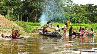 Enfants d'une communauté indigène d'Amazonie